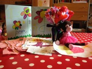 Fleurige bloemen, tekeningen en hANdgemaakt balletaapje made by the apenklas